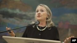 Menlu Amerika Hillary Clinton menggariskan persyaratan bagi kelompok oposisi baru Suriah dalam konferensi pers di Kroasia (31/10).