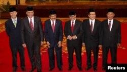 Menteri Perdagangan Thomas Lembong (kiri) bersama para menteri kabinet yang baru dilantik lainnya di Jakarta (12/8), Luhut Pandjaitan (Menko Polhukam), Sofyan Djalil (Menteri PPN/Kepala Bappenas), Pramono Anung (Sekretaris Kabinet), Rizal Ramli (Menko Kemaritiman), Darmin Nasution (Menko Perekonomian). (Reuters/Darren Whiteside)
