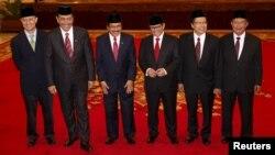 Enam menteri baru kabinet, dari kiri ke kanan: Menteri Perdagangan Thomas T. Lembong, Luhut Pandjaitan (Menko Polhukam), Sofyan Djalil (Menteri PPN/Kepala Bappenas), Pramono Anung (Sekretaris Kabinet), Rizal Ramli (Menko Kemaritiman), Darmin Nasution (Menko Perekonomian). (Reuters/Darren Whiteside)