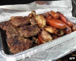 最常见的美国烤肉组合-汉堡,鸡肉,热狗和香肠