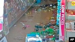 La mercadería yace en el suelo en una tienda Family Dollar según se ve a través de una ventana después de un sismo el jueves, 4 de julio, de 2019, en Tronca, California, EE.UU.