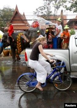 Các hoạt động đầu tư và du lịch Thái Lan cũng có tăng trưởng âm trong hai tháng đầu năm 2014.