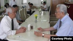 정우진 대표(왼쪽)가 22일 평양 옥류관 식당에서 장웅 북한 IOC 위원과 태권도 협력 방안을 논의하고 있다. (사진제공=정우진 '태권도타임스' 대표