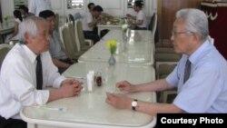 지난 6월 평양 옥류관 식당에서 정우진 대표(오른쪽)가 장웅 북한 IOC 위원과 태권도 협력 방안을 논의하고 있다. 사진제공= 태권도타임스. (자료사진)