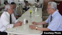 지난달 22일 평양 옥류관 식당에서 장웅 북한 IOC 위원(오른쪽)이 '태권도 타임스' 정우진 대표(왼쪽)와 태권도 협력 방안을 논의하고 있다. (사진제공='태권도타임스')