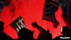 """Người ủng hộ bỏ phiếu """"không"""" vẫy cờ Hy Lạp trên Quảng trường Hiến pháp (Syntagma) ở Athens, ngày 5 tháng 7, 2015."""