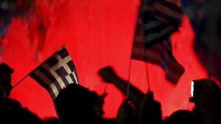 反对紧缩措施的民众挥舞希腊国旗