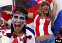 Pendukung Paraguay merayakan kesuksesan timnas mereka.