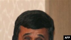 Ахмединежад во время пресс-конференции в Баку