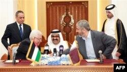 Tổng thống Palestine Mahmoud Abbas, trái, bắt tay lãnh đạo Hamas Khaled Mashaal, phải, sau khi ký kết thỏa thuận được Tiểu vương Qatar, giữa, bảo trợ, tại Doha, Qatar, 6/2/2012