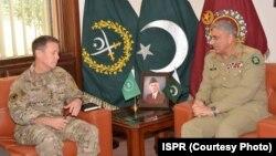 Jenderal Austin Scott Miller (kiri) bertemu Panglima Militer Pakistan Jenderal Qamar Javed Bajwa di Rawalpindi, Kamis (27/12).
