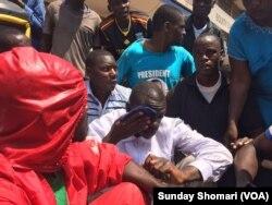 Dkt Kiiza Besigye akiwa na wafuasi