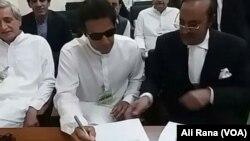 عمران خان الیکشن کمیشن میں اپنے معافی نامے پر دستخط کر رہے ہیں