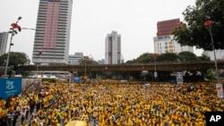 Các nhà hoạt động thuộc tổ chức Bersih xuống đường biểu tình ở thủ đô Kuala Lumpur đòi Thủ tướng Najib Razak từ chức, ngày 30/8/2015.
