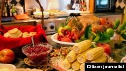Una mesa lista para la cena de Acción de Gracias.