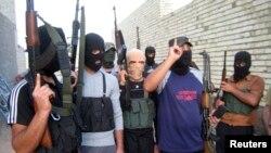 이라크 바그다드 인근에서 이슬람 수니파 무장단체 ISIL이 총을 들고 순찰하고 있다. (자료사진)