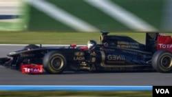 Pebalap Jerman Nick Heidfeld mengendarai mobil Lotus Renault dalam tes musim dingin di Circuito de Jerez, Spanyol hari Sabtu (12/2).