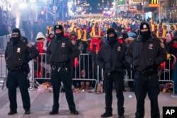 지난달 31일 미국 뉴욕시 맨해튼에서 열린 새해전야 행사에서 경찰이 경계 근무를 서고 있다.