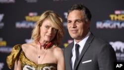"""Sunrise Coigney (kiri) dan Mark Ruffalo (kanan) di acara pemutaran perdana """"Thor: Ragnarok"""" di El Capitan Theatre, 10 Oktober 2017, di Los Angeles."""