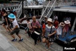 지난해 8월 중국인들이 베트남 유네스코 세계 지연 유산지구로 지정된 하롱베이에서 관광하고 있다.