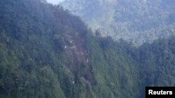 Foto lokasi ditemukannya reruntuhan pesawat Sokhoi Superjet 100 di gunung Salak, Jawa Barat ini diambil dari pesawat helikopter angkatan udara Super Puma (10/5). Para petugas penyelamat Indonesia tengah melakukan pencarian korban di lokasi ini.