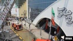 تلاش ماموران آتش نشانی برای مهار آتش سوزی در مرکز تجاری «ستاره جنوب»