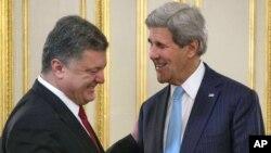 Menlu Amerika John Kerry (kanan) dalam pertemuan dengan Presiden Ukraina Petro Poroshenko di Kyiv, Ukraina (5/2).