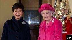 영국을 방문한 박근혜 한국 대통령(왼쪽)이 5일 버킹엄궁에서 엘리자베스 여왕의 환영을 받고 있다.