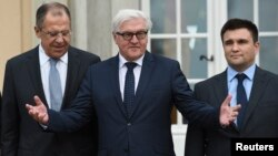 Russian FM Sergei Lavrov, German FM Frank-Walter Steinmeier and Ukrainian FM Pavlo Klimkin (L-R) stand outside the German foreign ministry's guest house Villa Borsig near Tegel airport in Berlin, ahead of their meeting to discuss Ukraine crisis, Nov. 6, 2015.