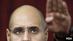 Seif al-Islam Gaddafi saat berpidato bagi para pendukung ayahnya, 10 Maret lalu di Tripoli.