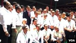 Presiden Jokowi (tengah) berfoto bersama teman-teman kuliah satu angkatan tahun 1980 dalam pertemuan nostalgia di Fakultas Kehutanan UGM, Selasa (19/12). (Foto VOA/Munarsih)
