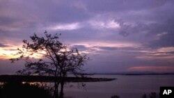 Izuba rirenga ku kiyaga cya Lake George kiri hafi ya parike ya Queen Elizabeth National mu burengerazuba bwa Uganda.