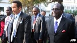 FILE: Botswana President Ian Khama (L) walks alongside Zimbabwe President Robert Mugabe (R) during a lunch break at the SADC summit in Maputo, June 15, 2013.