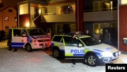 지난해 11월 스웨덴 경찰이 북서부 볼리덴 시에서 테러 용의자 거처를 수색하고 있다. (자료사진)