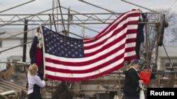 Damnificados por el huracán 'Sandy' alzaron la bandera de EE.UU. entre los restos de viviendas derrumbadas.