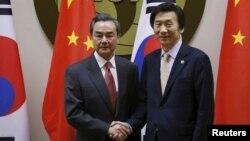 지난해 3월 서울에서 열린 한·중 외교장관 회담에서 윤병세 한국 외교장관(오른쪽)과 왕이 중국 외교부장이 악수하고 있다. (자료사진)