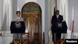 아베 신조(왼쪽) 일본 총리가 28일 케냐 수도 나이로비에서 제6차 '아프리카 개발회의(TICAD)' 폐막에 맞춰 우후루 케냐타 케냐 대통령과 공동기자회견을 열고 있다.