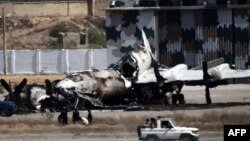Một chiếc máy bay bị thiêu rụi sau vụ tấn công của Taliban vào căn cứ hải quân Pakistan tại Karachi, ngày 23/5/2011