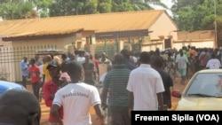 Des manifestants prennent d'assaut la morgue de l'hôpital communautaire de Bangui après l'attaque de l'Eglise Fatima, Centrafrique, 1er mai 2018. (VOA/Freeman Sipila)