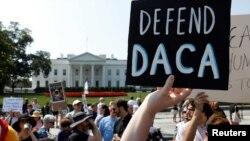 Manifestantes protestan frente a la Casa Blanca luego que la administración Trump descartara el programa DACA, en septiembre del 2017.