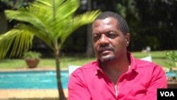 Hopewell Chin'ono says he sings for Zimbabwean youths so that they may know that corruption is the cause of their country's poor economy and the average citizen's poverty. (Columbus Mavhunga/VOA)