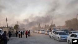 Sirijci beže od turskog granatiranja Ras al Ajn, u severoističnoj Siriji, 9. oktobra 2019.