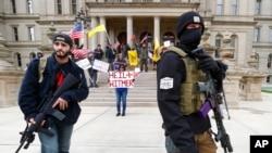 密歇根州首府蘭辛的州議會大廈附近的持槍抗議者。(2020年4月15日)