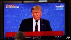 2일 한국 서울역의 대형 TV 화면에 도널드 트럼프 미국 대통령과 부인 멜라니아 트럼프 여사의 신종 코로나 확진 소식이 나오고 있다.