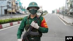 Seorang tentara Vietnam melakukan penjagaan di jalanan Ho Chi Minh City di tengah penerapan lockdown ketat hingga 16 September 2021 untuk menghentikan penyebaran pandemi COVID-19.