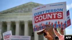 Manifestation devant la Cour suprême des États-Unis à Washington, le 23 avril 2019, pour protester contre une proposition visant à ajouter une question sur la citoyenneté dans le recensement de 2020. (AFP)