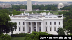 FOTO DEL ARCHIVO: La Casa Blanca se ve frente al Monumento a Washington (L) y el Jefferson Memorial (R) en Washington el 1 de mayo de 2011. REUTERS / Gary Hershorn