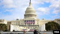 Gedung Capitol di Washington DC terus dipersiapkan untuk upacara pelantikan Presiden terpilih Donald Trump yang akan dilakukan hari Jumat, 20 Januari 2017 (foto: dok).