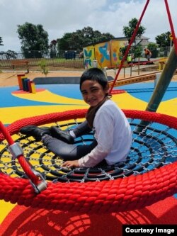 Israel Ataata, 6 tahun, menikmati ayunan di Keith Playground Auckland. (courtesy: Darcelle Bell-Atata).