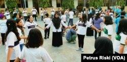 Siswa-siswi dari Madrasah Ibtidaiyah (MI) Islamiyyah-Plosogenuk, SD Kristen Petra, SD Katolik Wijana, dan sejumlah anak SD anggota jemaat GKJW Bongsorejo, bermain bersama sambil menanti waktu berbuka puasa (Foto: VOA/Petrus Riski).
